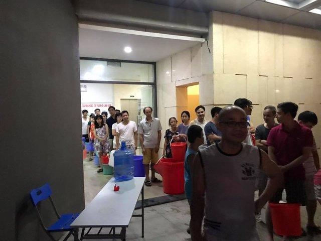 Cư dân xếp hàng chờ xe bồn chở nước tới (ảnh cư dân cung cấp).