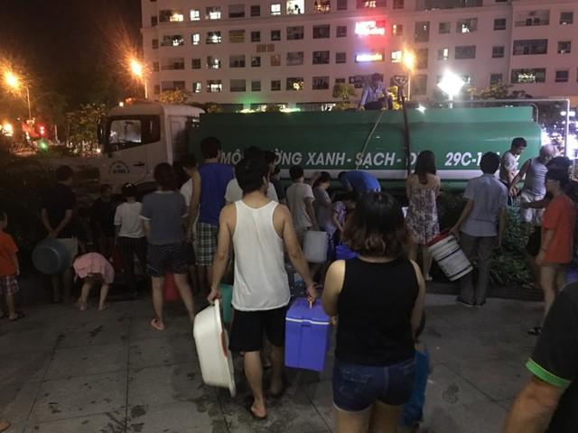 Sau 1 ngày mất nước mới có xe bồn đến phân phối nước cho bà con (ảnh cư dân cung cấp).