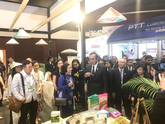 Thủ tướng Thái Lan thăm gian hàng Việt
