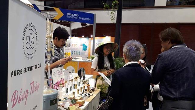 Khu trưng bày sản phẩm tinh dầu của Việt Nam nhận được sự chú ý của nhiều người tham gia triển lãm
