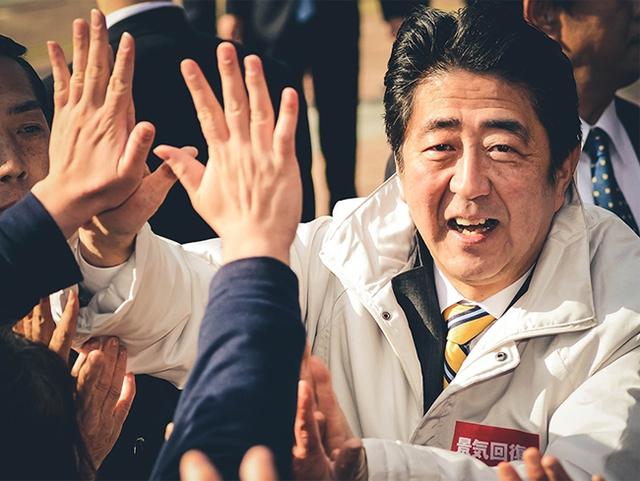 Thủ tướng Nhật Bản Shinzo Abe: Trở lại đỉnh vinh quang từ vũng lầy, làm nên lịch sử sau khi mất tất cả - Ảnh 2.