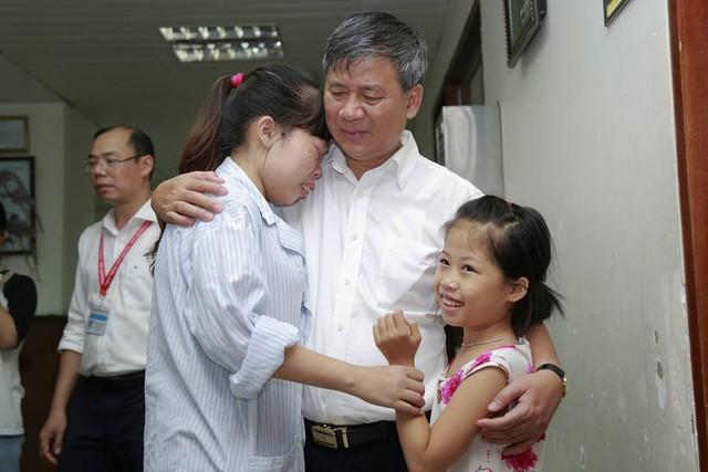Bác là người hiểu chúng cháu hơn cha mẹ đẻ mình! - một bệnh nhân gục vào vai Giáo sư Nguyễn Anh Trí và nói trong giây phút chia tay.