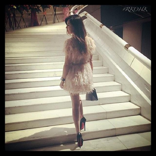 Cô gái xinh đẹp, giàu có đi dự tiệc với chiếc đầm Fendi và đôi giày cao gót đắt tiền của Christian Louboutin.