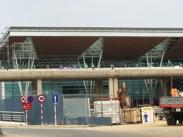 Dự án mở rộng sân bay quốc tế Đà Nẵng đang hoàn thiện phần lắp kính, nội thất và đường dẫn lên xuống.
