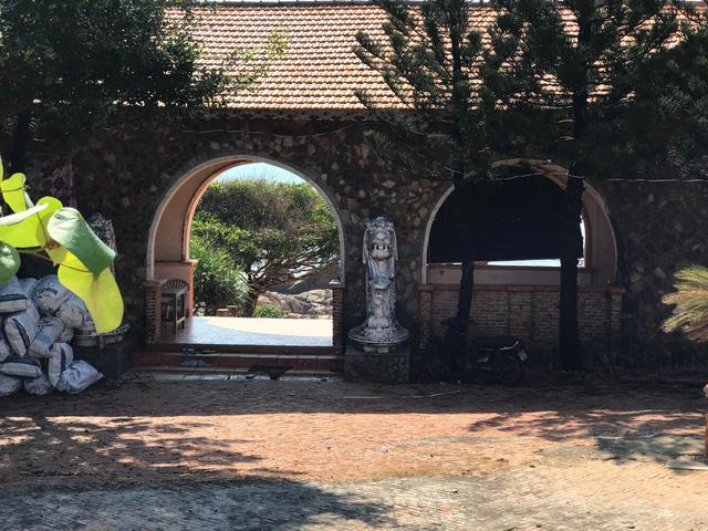 Cảnh hoang tàn của một phòng nghỉ cao cấp ở Khu du lịch Thế giới xanh khi trần nhà bong tróc, nền sàn cỏ mọc um tùm.