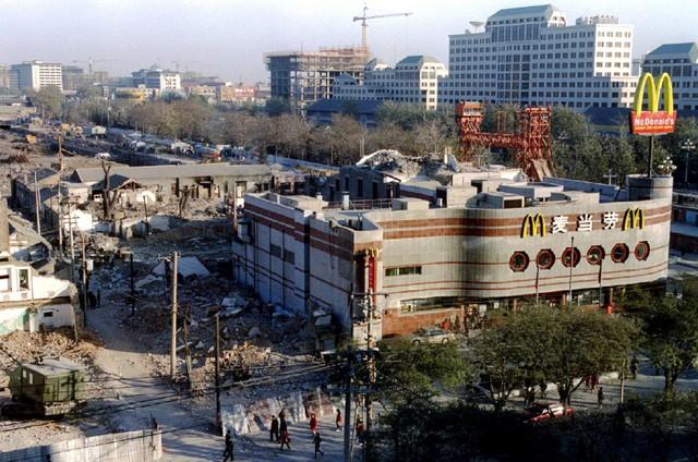 Cuối thế kỷ 20, các công ty phương Tây bắt đầu mở cửa hàng ở Trung Quốc. Đường lối mở cửa nền kinh tế của nhà lãnh đạo Đặng Tiểu Bình là nhân tố quan trọng đẩy nhanh tốc độ đô thị hóa.