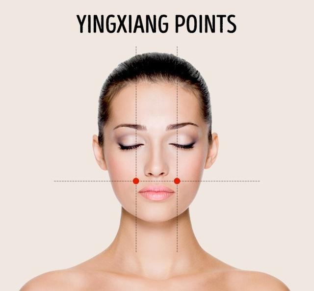 Hai điểm hõm má: Bạn có thể xác định 2 vị trí này bằng cách tìm điểm lõm cuối cùng của xương má. Massage vị trí này giúp thông xoang mũi, giảm nhức đầu, đau răng và sự căng thẳng.