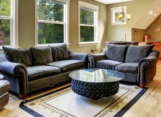 Bàn cà phê được làm từ lốp xe cũ có thể không phù hợp cho mọi phòng khách, nhưng trong một không gian nhất định nó có thể rất phong cách và nổi bật.