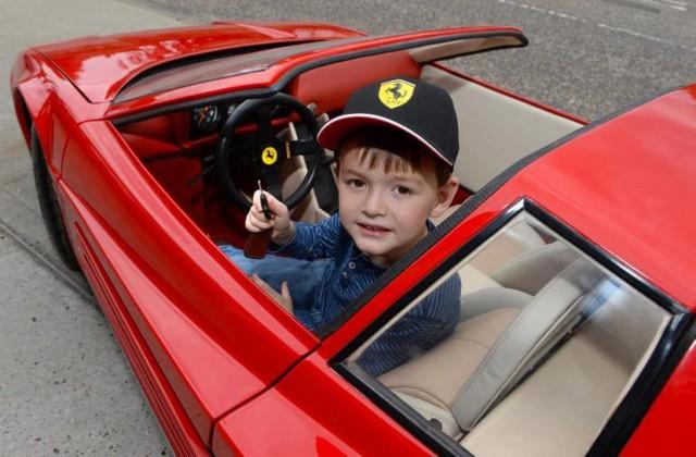 Vô lăng của chiếc xe Ferrari phiên bản nhỏ là chính hãng.