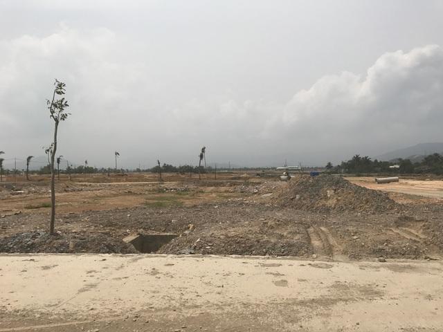 Phần lớn diện tích đất của dự án đã có chủ nhưng khách hàng vẫn còn chần chừ xây nhà. Theo chủ đầu tư, hiện nay khu mua sắm, trạm xăng dầu... cũng đang được xây dựng