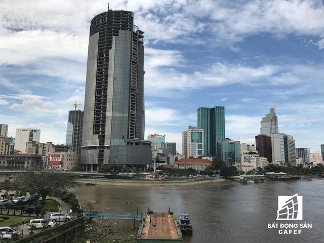 Tọa lạc tại một vị trí tuyệt vời nhất của trung tâm quận 1, Saigon One Tower nhiều năm qua là một khối bê tông đồ sộ và đèn sì do ngưng thi công.