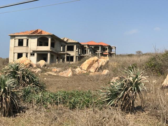 Những biệt thự đang xây dựng dở dang, giờ cũng trở nên lạnh lẽo trên đất hoang.