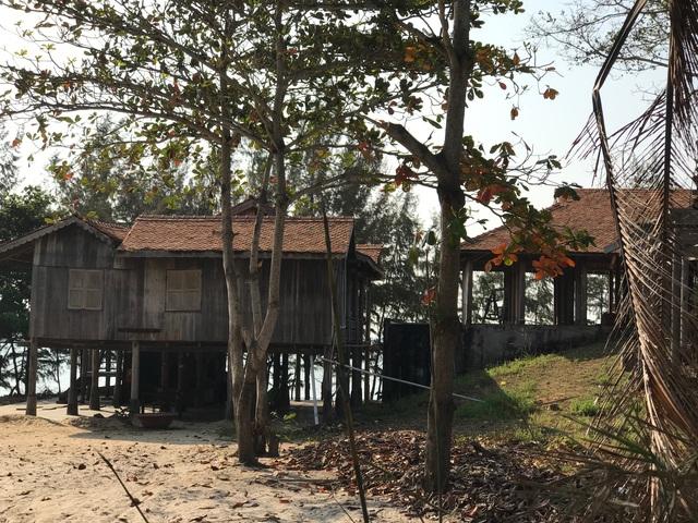 Trước biển là những căn nhà bỏ hoang trong nhiều năm, không bóng người tại một resort ven biển Kê Gà.