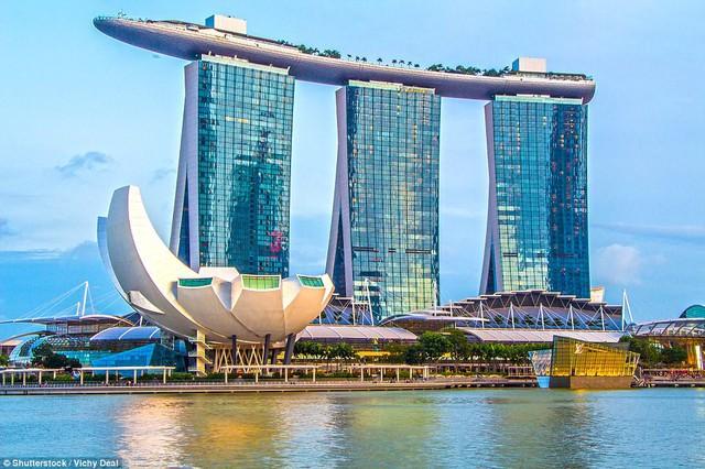 Marina Bay Sands là một khu phức hợp kinh doanh, nghỉ dưỡng và casino nổi tiếng ở Sigapore. Nhìn từ xa, tòa nhà có hình dánh một chiếc tàu lớn ở độ cao gần 200 m.