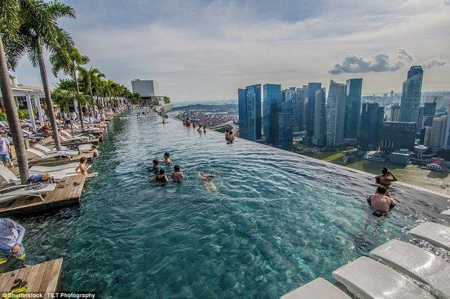Bể tọa lạc trên đỉnh của tòa nhà giúp du khách có thể thỏa thích bơi lội và ngắm nhìn toàn cảnh thành phố.
