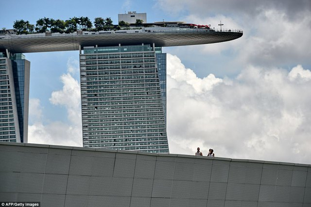 Mỗi năm, khách sạn ở Marina Bay Sands đón hơn 1 triệu lượt khách. Trung bình mỗi tháng, lễ tân khách sạn trao chìa khóa phòng tới 36.000 du khách.