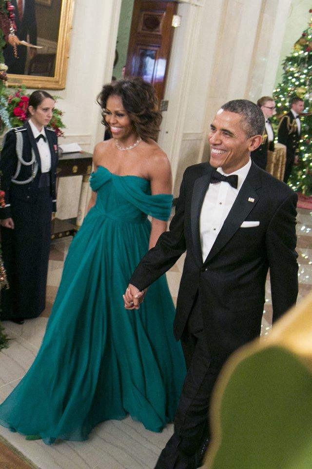 Bà Michelle Obama chọn bộ váy màu xanh ngọc của thương hiệu Marchesa khi sánh đôi cùng Tổng thống Obama trong bữa tiệc Kennedy Center Honors Gala 2013.