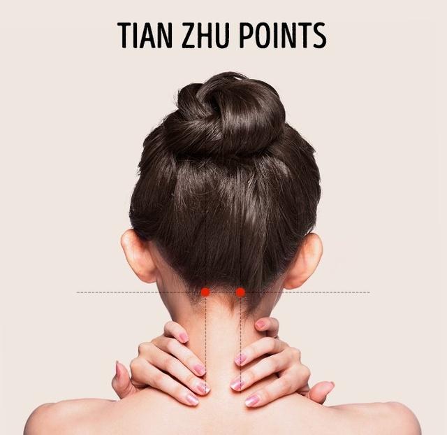 Massage các điểm sau gáy, sau tai và đầu cột sống giúp giảm nghẹt mũi, đau vùng tai và mắt. Đặc biệt, các điểm huyệt này có hiệu quả với các triệu chứng đau đầu dữ dội và đau nửa đầu.