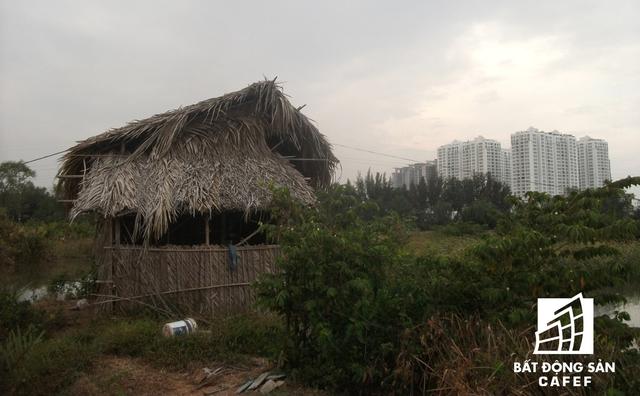 Khu đất thuộc dự án mọc lên những cái nhà tạm bợ, rợn người.
