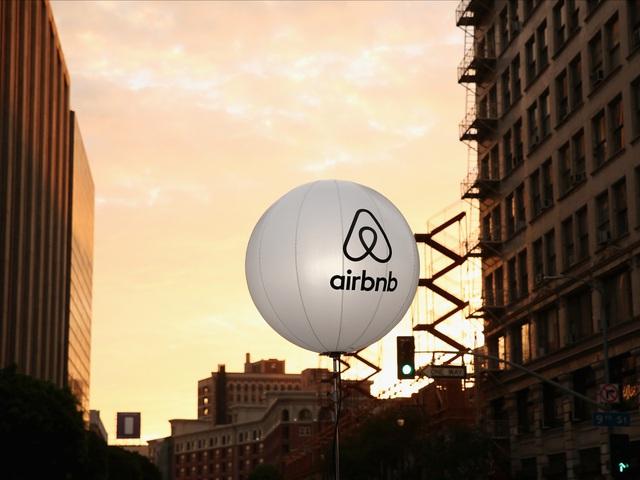 Airbnb, ứng dụng đặt phòng khách sạn qua mạng ra đời năm 2008 và nhanh chóng phổ dụng khắp thế giới. Công ty khởi nghiệp này có giá 31 tỷ USD, đứng thứ 2 ở Mỹ chỉ sau Uber.