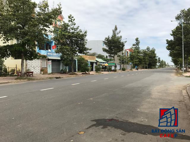 Con đường chính dẫn vào dự án, nằm đối diện là khu tái định cư Long Bữu.