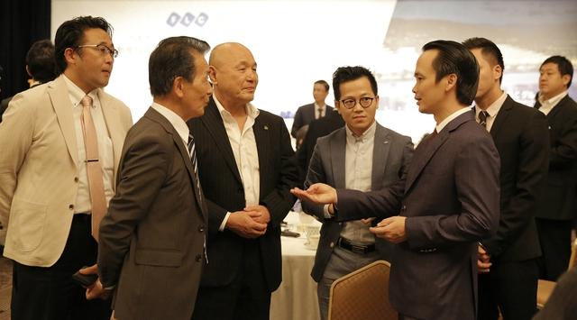 Chủ tịch Tập đoàn FLC Trịnh Văn Quyết (bên phải) thảo luận có 1 số nhà đầu tư Nhật Bản.
