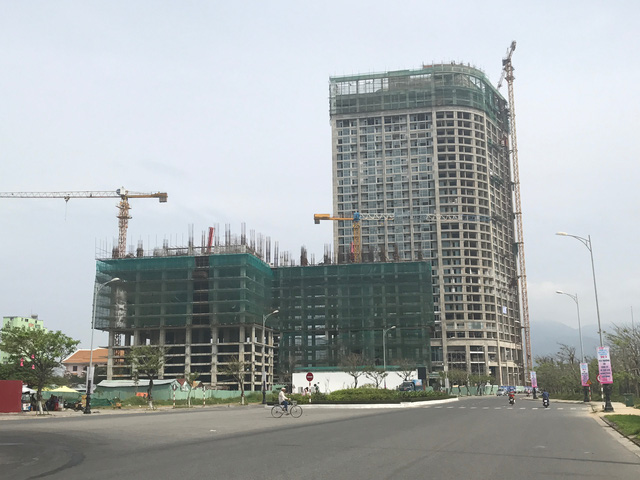 Công trình nhìn từ xa, phía sau ngay bên cạnh là toà cao ốc của Anphanam. Theo tìm hiểu, từ lâu trên nhiều website đăng thông tin rao bán căn hộ tại dự án này đã diễn ra rầm rộ dù đang thiếu giấy phép xây dựng.
