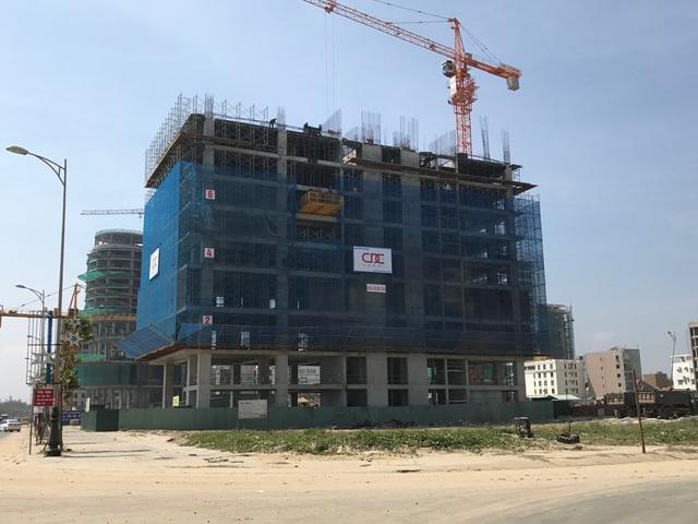 Nhiều dự án condotel dọc tuyến đường Võ Nguyên Giáp cũng chạy đua tốc độ xây dựng.