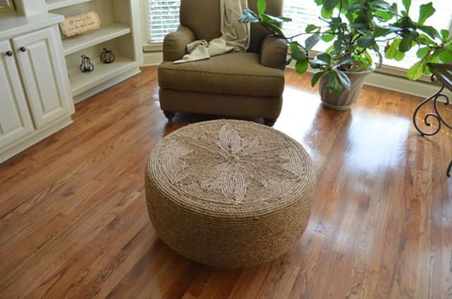 Quấn quanh chiếc lốp bằng những sợi dây gai dầu như đã làm ở đây bạn có thể tạo ra một chiếc ghế hay bộ bàn ghế khác lạ và đẹp đẽ.