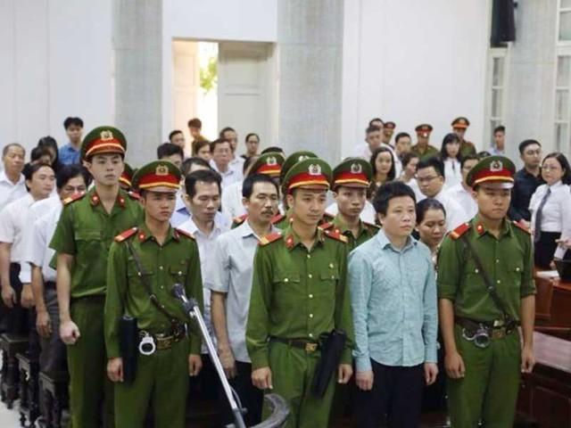 Các bị cáo nghe tuyên án ngày 29-9. Ảnh: Đ.MINH