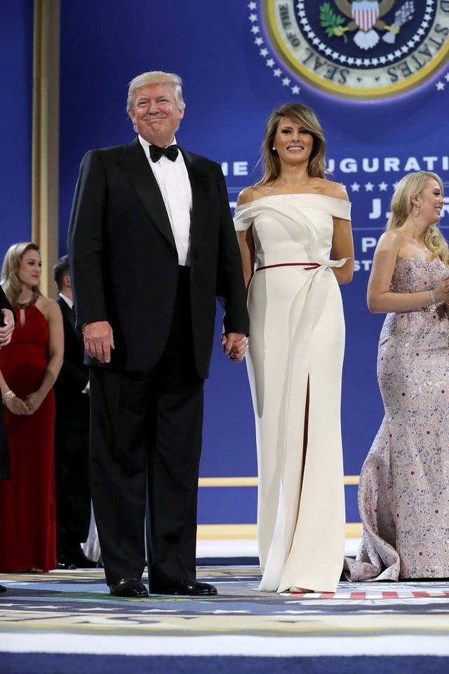 Hôm 20/1, Tổng thống Mỹ và phu nhân xuất hiện trong buổi lễ cảm ơn trước khi nhậm chức ở Bảo tàng Quốc gia Mỹ. Bà Melania mặc chiếc váy trễ vai màu kem với thiết kế tinh tế, và thanh lịch.