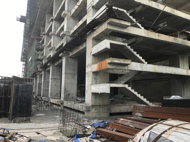 Bên trong công trình, toàn bộ hoạt động xây dựng đã bị ngưng lại chờ quyết định mới của các cơ quan chức năng