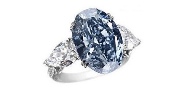 8. Nhẫn kim cương Chopard (16,26 triệu USD): Chopard Blue Diamond là một chiếc nhẫn đính hôn giá trị được tạo nên bởi công ty trang sức nổi tiếng Chopard với viên kim cương xanh chính giữa, hai bên là hai viên kim cương trắng.