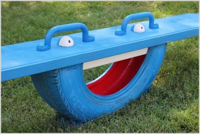 Lốp xe cũng có thể tìm thấy một ngôi nhà trong khu vực vui chơi của trẻ em như là một chiếc bập bênh vui vẻ này.