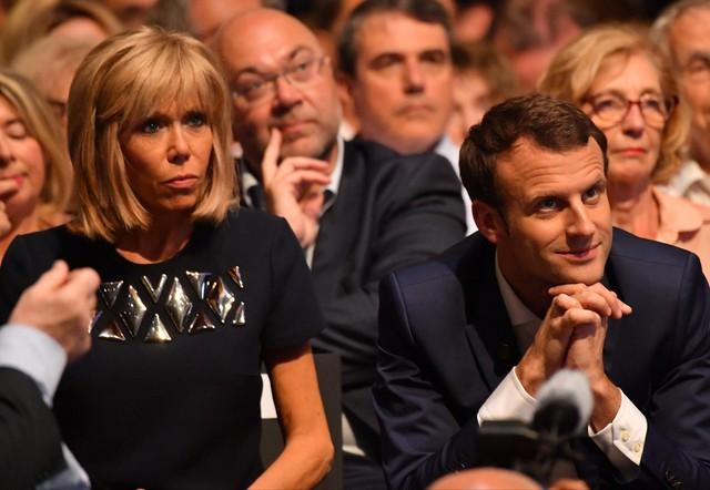 Có vẻ, phu nhân Brigitte Trogneux rất phù hợp với các trang phục đơn giản mà tinh tế.
