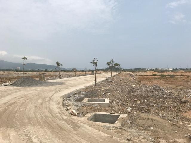 Đường nội bộ và hệ thống hạ tầng kỹ thuật của khu đô thị đang được thi công xây dựng.