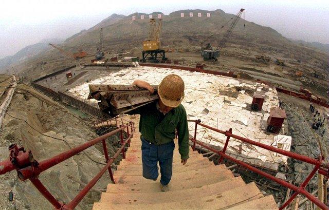 Trong chưa đầy 1 thập kỷ, Trung Quốc đã phát triển mạng lưới cơ sở hạ tầng xung quanh con đập này và ngăn được những cơn lũ khủng khiếp từng đe dọa đất nước. Năm 2006, con đập cơ bản hoàn thành.