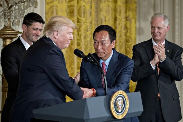 Chủ tịch Foxconn (thứ 2 từ bên phải) bắt tay Tổng thống Mỹ Donald Trump.