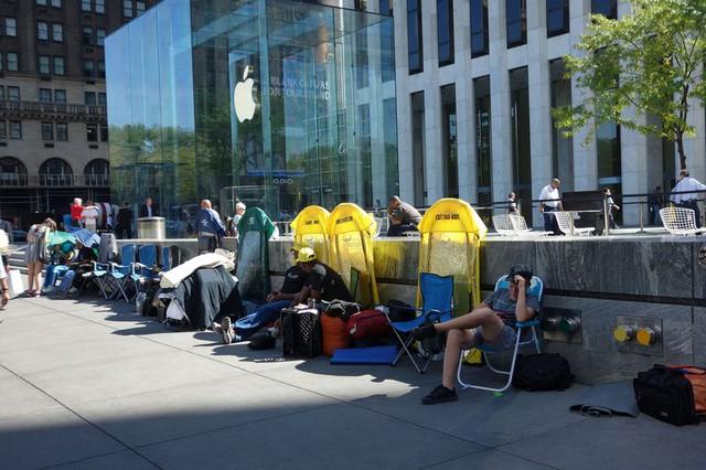 Những chiếc lều màu càng của Line Dudes ở bên ngoài cửa hàng Apple khi iPhone 7 ra mắt. Ảnh: Bloomberg.