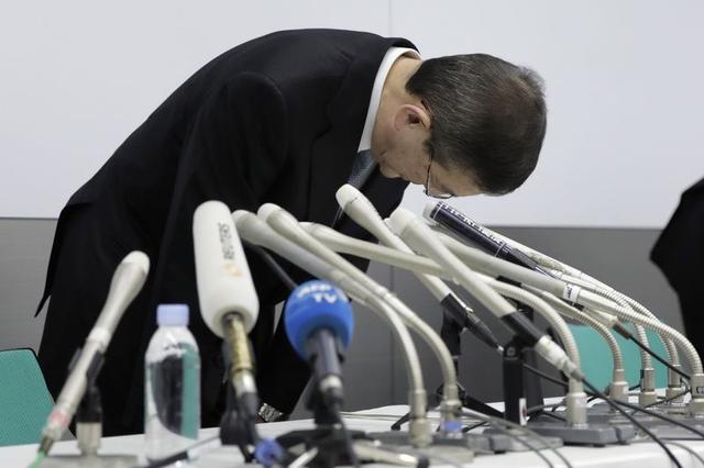 Ông Yasuyuki Yoshinaga cúi đầu xin lỗi. Ảnh: Kiyoshi Ota/Bloomberg