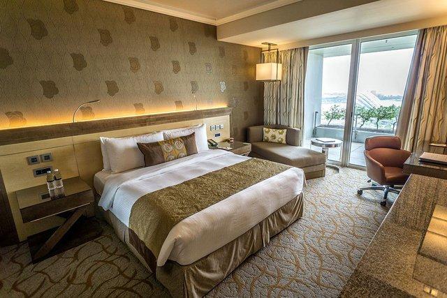 Phòng ốc được thiết kế giản dị với tông màu chủ đạo là vàng nhạt và nâu đất mang đến không gian ấm áp, thanh bình.
