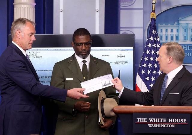 Thư ký báo chí Sean Spicer trao tấm séc cho Bộ trưởng Nội vụ Mỹ Ryan Zinke