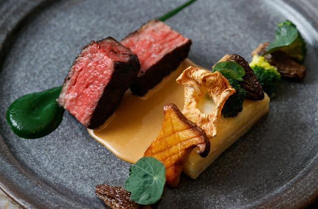 Món thịt tươi ngon tại một nhà hàng ở BC. Ảnh: JustLuxe.