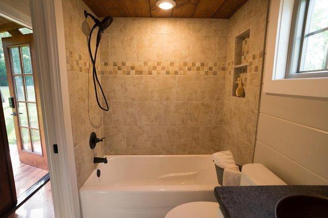 Đối diện bên kia của bếp là khu nhà tắm. Tường xung quanh được ốp bằng gạch hoa chống thấm nước.