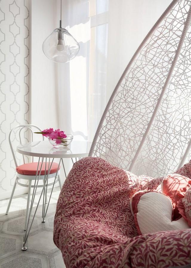 Tông màu trắng chủ đạo được tô điểm bằng tông màu hồng ấn tượng khiến nơi tiếp khách phát triển thành vô cộng nhẹ nhàng và nữ tính.