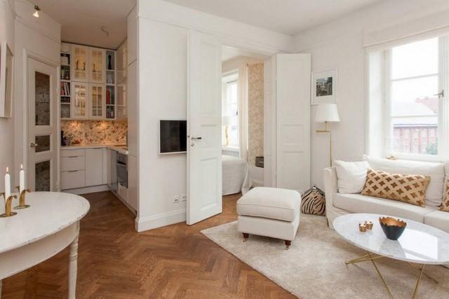 Mọi nội thất phòng khách được chọn lựa với kiểu dáng đơn giản nhất có thể, tiết chế bớt đi những đường nét rườm rà để mang lại một căn phòng vừa rộng vừa gọn lại vừa xinh.