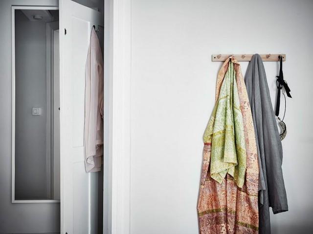 Tủ đựng quần áo và đồ dùng tiện lợi cạnh phòng ngủ.