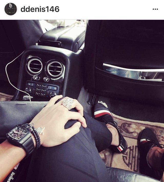 Ngoài việc kinh doanh tại tập đoàn, Denis Do còn tham gia các hoạt động kinh doanh và đầu tư riêng tại Singapore, Hàn Quốc và Hongkong cũng như kiêm nhiệm vị trí giám đốc điều hành văn phòng đại diện của Tân Hoàng Minh tại Singapore. Cuộc sống vương giả của Dennis Đỗ trên Instagram khiến nhiều người ngưỡng mộ. Bên cạnh siêu xe, hàng hiệu, bộ sưu tập đồng hồ Richard Mille của thiếu gia Hoàng Minh cũng làm say lòng giới mộ điệu.