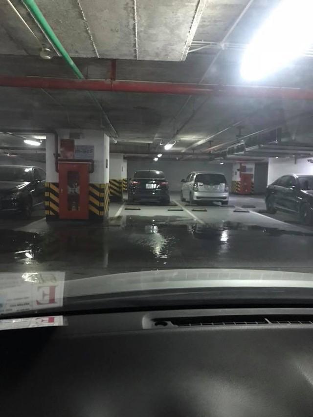 Trong khi tầng 1 đang cháy thì tầng hầm B3 nước lênh láng ở nhà để xe, theo chị Linh cư dân tòa nhà cho biết nhiều khả năng là nước từ bể phốt bởi bể phốt tòa chung cư không ngừng nghỉ bi vỡ (Ảnh cư dân cung cấp).