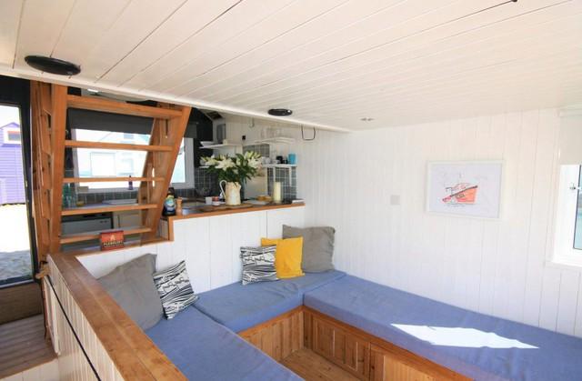 Không gian phòng khách cũng là chỗ ngủ thoải mái cho 2 người.